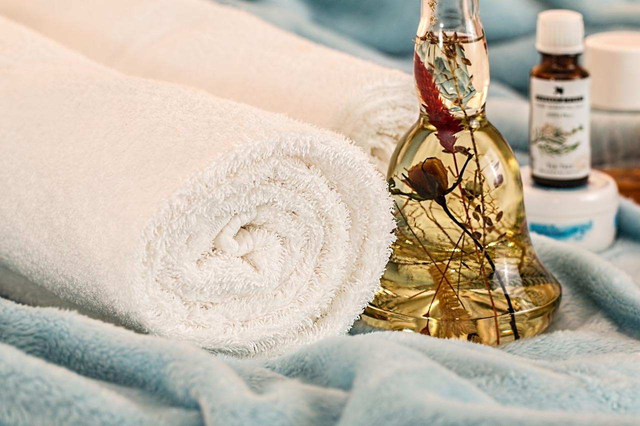 Działanie olejków eterycznych. naturalne olejki eteryczne do masażu: olejki zapachowe –  olejek sosnowy