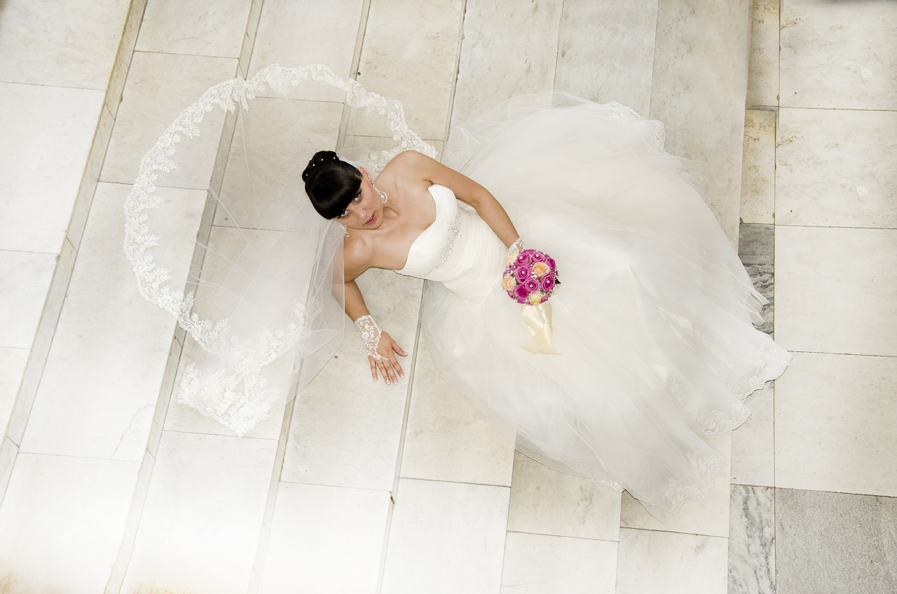 Suknie ślubne proste z trenem. Ślubne stylizacje dla panny młodej. Victoria salon sukien ślubnych Konin