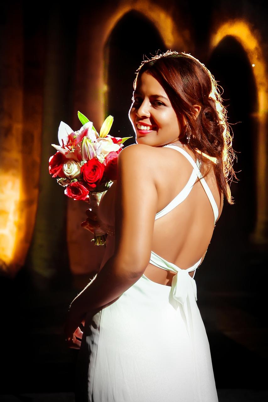 Prosta suknia ślubna bez pleców. Suknia dla panny młodej. Prosta suknia ślubna z odkrytymi plecami